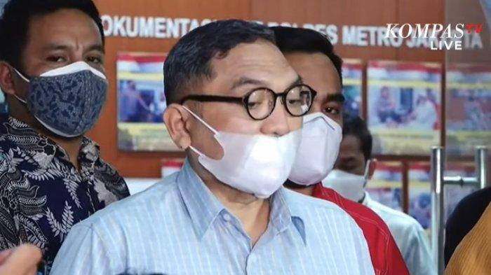 Juru bicara Keluarga Bakrie, Lalu Mara Satriawangsa saat memberikan pernyataan resmi di Polres Metro Jakarta Pusat, Jumat (9/7/2021) malam.
