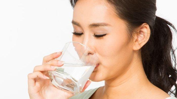 Manfaat minum air putih hangat di pagi hari.