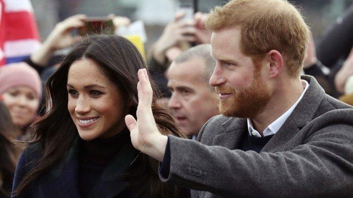 Pangeran Harry dan Meghan Markle saat berjalan-jalan di esplanade di Kastil Edinburgh, Skotlandia, Selasa, 13 Februari 2018.