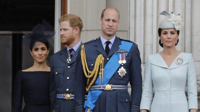 Foto diambil pada 10 Juli 2018, (kiri) Meghan Inggris, Duchess of Sussex, Pangeran Harry dari Inggris, Duke of Sussex, Pangeran William dari Inggris, Duke of Cambridge dan Catherine dari Inggris, Duchess of Cambridge, berdiri di balkon Istana Buckingham pada 10 Juli 2018 untuk menyaksikan penerbangan militer untuk menandai seratus tahun Royal Air Force (RAF).