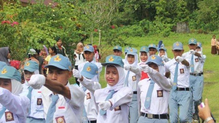 Paskibra di Maluku Menangis saat Kibarkan Bendera Tanpa Seragam, Camat Amalatu Tuai Kecaman