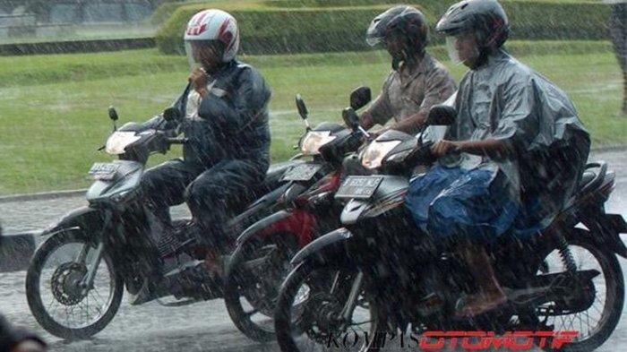 Ingat, Ini 3 Hal Penting Naik Motor Saat Musim Hujan