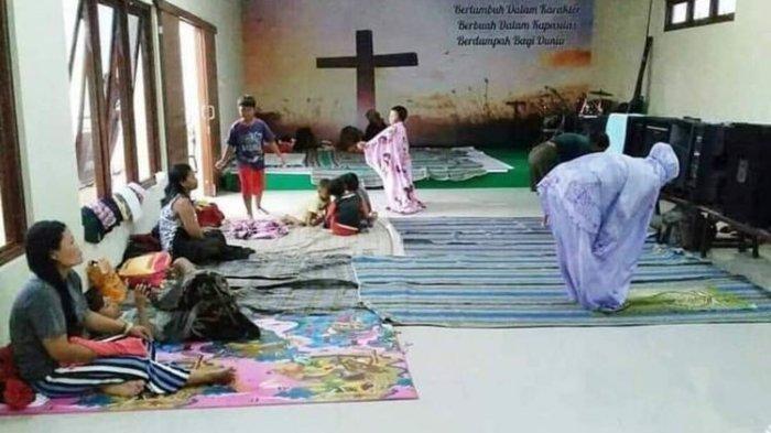 Viral Foto Pengungsi Banjir di Kudus Shalat di dalam Gereja, Warganet: Indahnya Toleransi