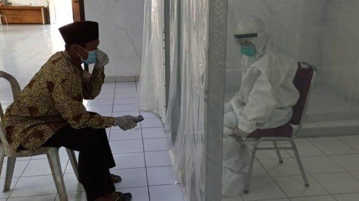 Prosesi Akad Nikah Pasien Covid-19 di Pacitan: Mempelai Diberi Jarak 5 Meter, Tak Dihadiri Keluarga