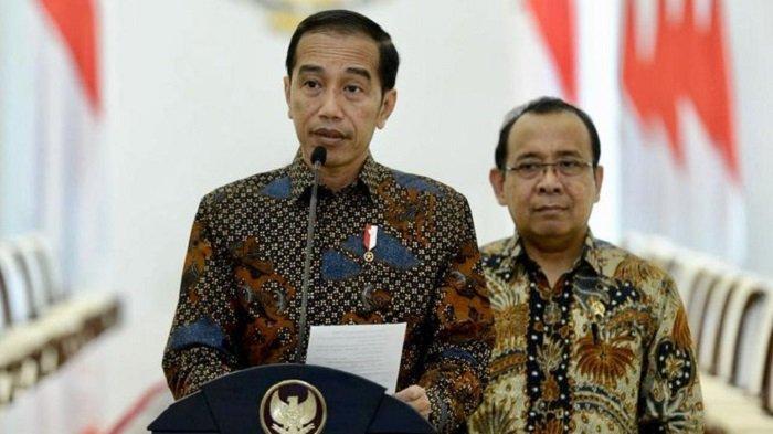 Presiden Joko Widodo didampingi Menteri Sekretaris Negara Pratikno merespons pembahasan RUU KUHP di Istana Kepresidenan Bogor, Jawa Barat, 20 September 2019.