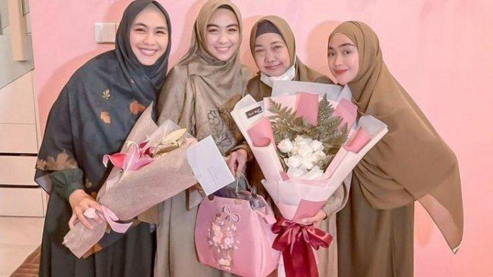 Tanpa Kehadiran Sosok Suami, Ibu Ria Ricis Rayakan Ulang Tahun Bersama Ketiga Putrinya
