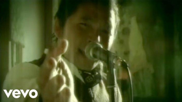 Lirik & Chord Gitar Aku Jatuh Cinta - Roulette: Awalnya Ku Tak Mengerti Apa yang Sedang Ku Rasakan