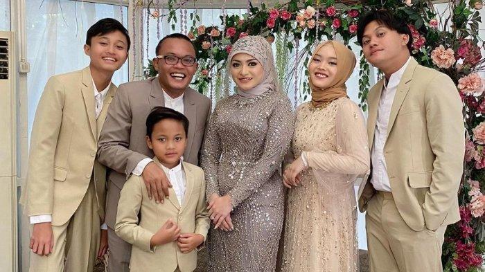 Sule bersama istri, Nathalie Holscher dan keempat anaknya.