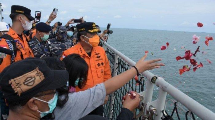 Prosesi tabur bunga oleh keluarga korban pesawat Sriwijaya Air SJ182 dan tim SAR dari atas KRI Semarang-594 di perairan Kepulauan Seribu, Jumat (22/1/2021).