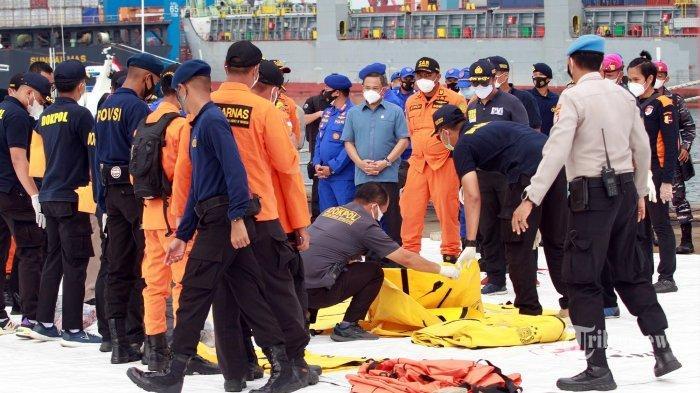 Tim Disaster Victim Identification (DVI) identifikasi korban hasil pencarian TIM SAR di JICT, Tanjungpriuk, Jakarta Utara, Senin (11/1/2021).Total, Sejumlah korban meninggal dan 53 properti berupa pakaian korban, serpihan maupun pelampung milik pesawat SJ-182 berhasil ditemukan.