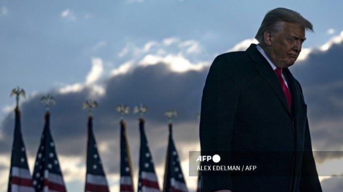 Spanduk Bertuliskan ''Presiden Terburuk'' Melayang di Atas Rumah Donald Trump di Florida