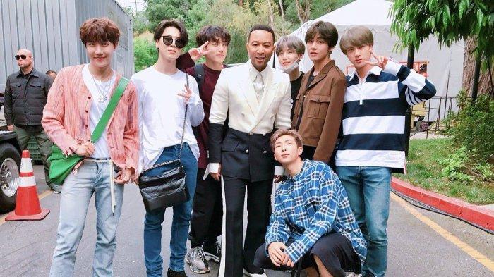 Member BTS berfoto dengan penyanyi John Legend.