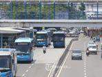 deretan-bus-transjakarta-antri-untuk-keluar-masuk-halte-sentral-harmoni-jakarta-pusat.jpg