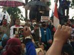 gubernur-jawa-barat-ridwan-kamil-menemui-para-demonstran.jpg