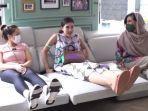 keasikan-nagita-slavina-syahnaz-dan-mama-amy-mencoba-sofa-baru.jpg