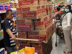 panic-buying-warga-membeli-kebutuhan-harian-di-sebuah-supermarket.jpg
