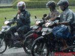 pengguna-sepeda-motor-memakai-jas-hujan-saat-hujan-tiba.jpg