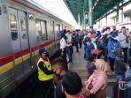 penumpang-krl-di-stasiun-manggarai.jpg