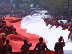 relawan-membentangkan-bendera-merah-putih-raksasa.jpg