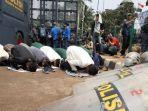 sejumlah-mahasiswa-melakukan-ibadah-salat-di-sela-sela-aksi-unjuk-rasa.jpg