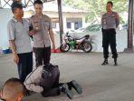 siswa-sekolah-polisi-cium-kaki-ayahnya.jpg