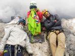 tiga-anggota-pendaki-asal-maluku-berada-di-atas-puncak-cartnesz-papua.jpg
