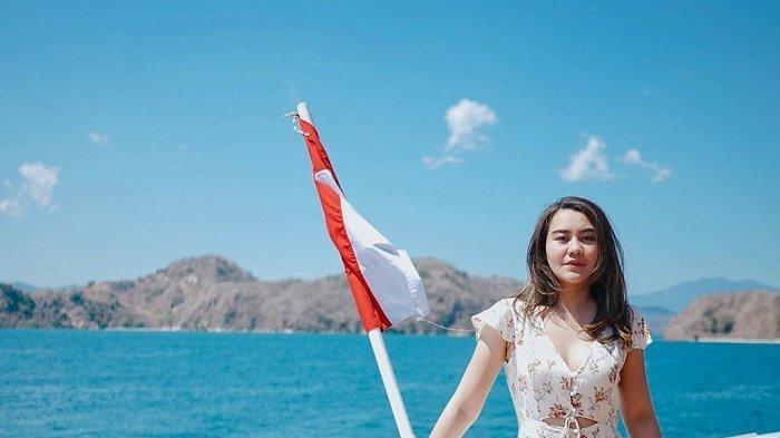 HUT ke-74 RI, Aaliyah Massaid Kibarkan Bendera Merah Putih di Akuarium Raksasa Seaworld Ancol