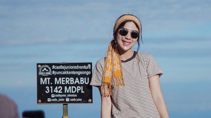 Potret Adinda Thomas jelajahi keindahan alam Indonesia.