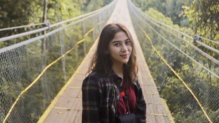 Hobi Traveling, Lihat Potret Adinda Thomas Jelajahi Kekayaan Alam dan Budaya Indonesia