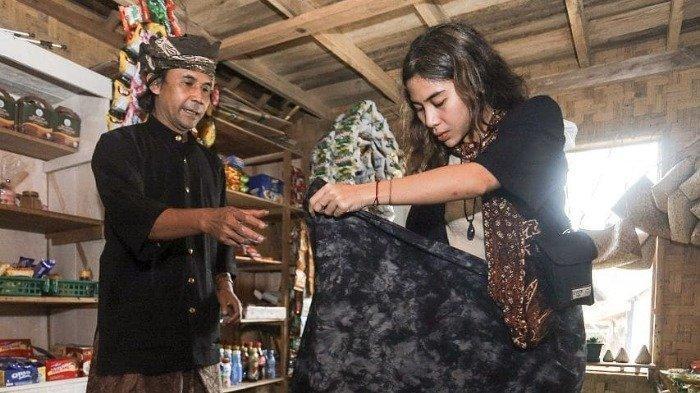 Potret Adinda Thomas mengenal kebudayaan asli Indonesia.