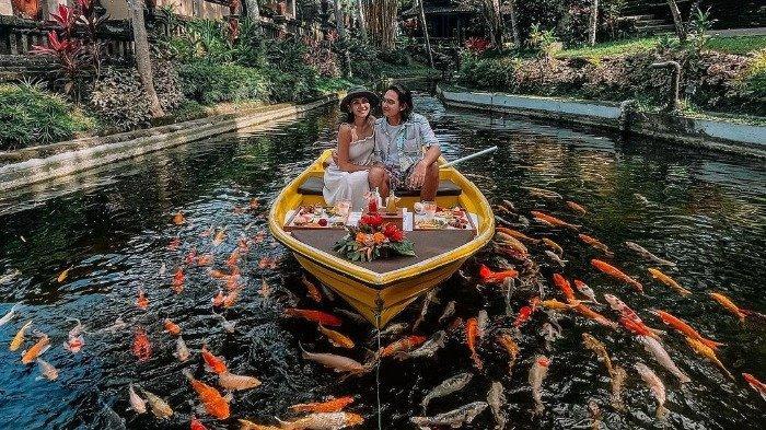 Adipati Dolken dan Istri Bulan Madu ke Bali, Pamer Foto Mesra saat Makan di Atas Perahu