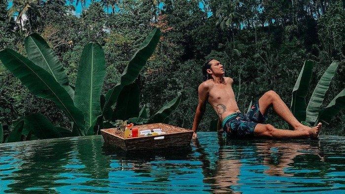 Potret Adipati Dolken saat bulan madu bersama sang istri di Bali.