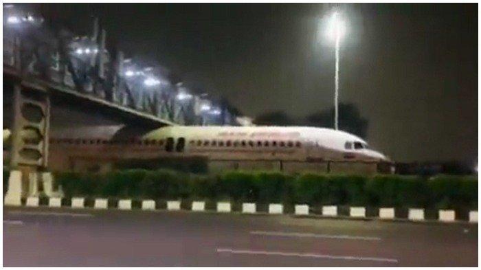 Heboh Pesawat Nyangkut di Bawah Jembatan Penyeberangan, Videonya Viral di Medsos