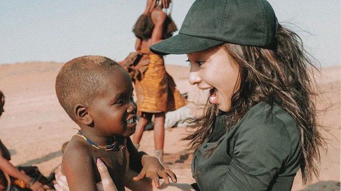 Liburan Artis - Nikita Willy dan Kekasih Liburan ke Afrika, Akrab dengan Anak-anak Namibia