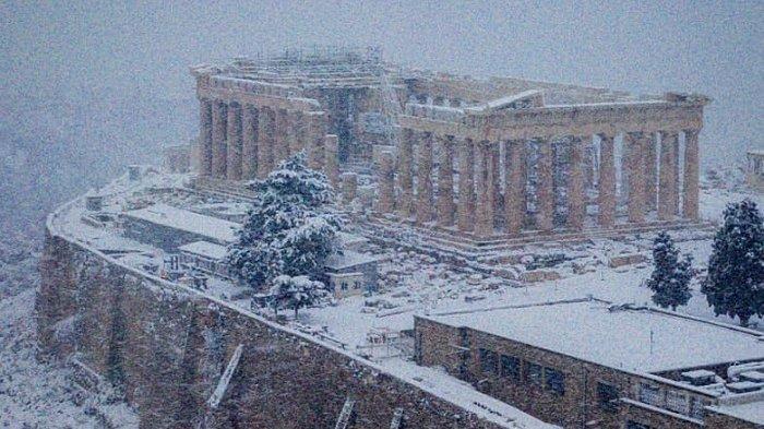 Pemandangan Langka, Akropolis Yunani Tertutup Salju Setelah Dilanda Badai Musim Dingin