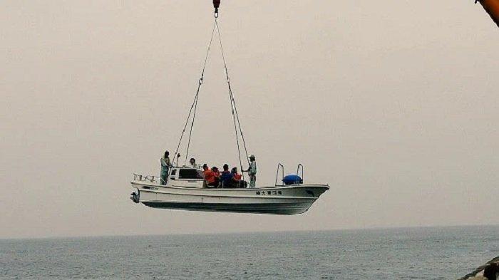 Unik! Pulau di Jepang Ini Tidak Bisa Dijangkau Kapal, Wisatawan yang Datang Harus Diangkut Crane