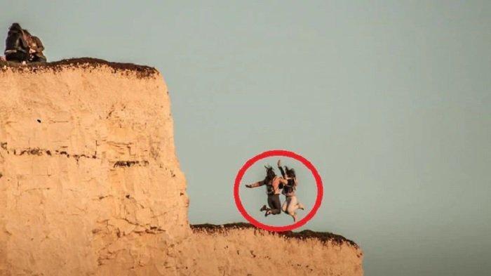 Para wanita itu melompat ke dekat tepi tebing yang sangat tidak stabil.