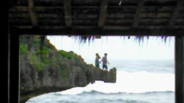Momen Menegangkan Dua Wisatawan Nekat Lompati Tebing di Pantai Ngandong Terekam Ponsel Anggota SAR