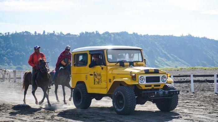 Aktivitas jeep dan berkuda di Pasir Berbisik Gunung Bromo