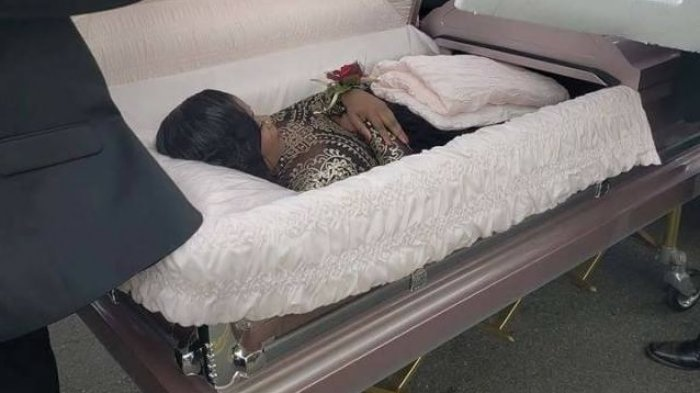 Gadis Ini Datang ke Pesta Diantar dengan Peti Mati, Ternyata Ini yang Terjadi