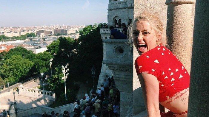 Liburan Artis - Intip Gaya Traveling Amber Heard saat Keliling Beberapa Negara