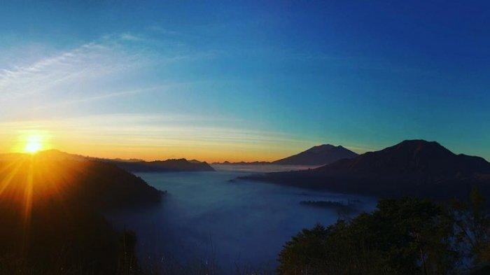 Menanti Sunrise di Amora Hill, Tempat Wisata di Bali yang Tawarkan Sensasi Negeri di Atas Awan