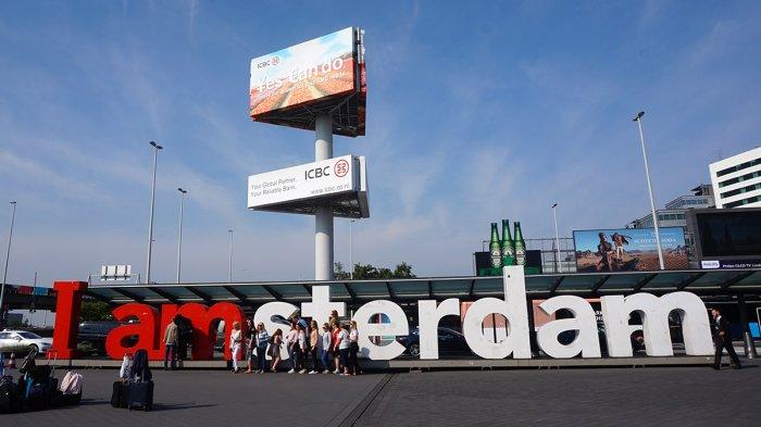Sejumlah wisatawan berfoto dengan latar tulisan 'I Amsterdam' di Bandara Schipol, Amsterdam, Belanda, Sabtu (26/5/2018).