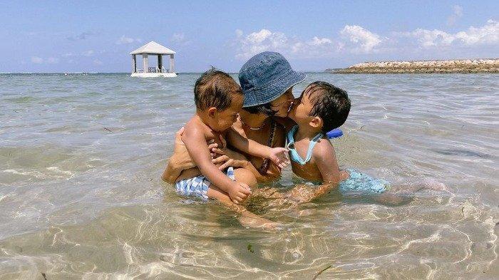 Foto-foto Andien Liburan di Bali, Ajak Keluarga Staycation hingga Main di Pantai