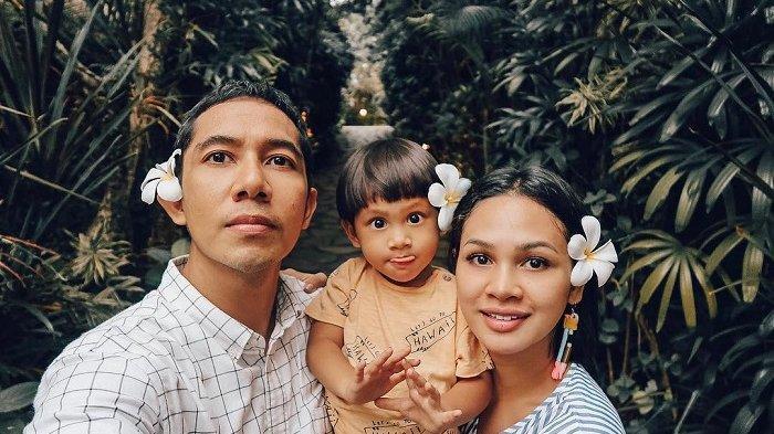 7 Potret Liburan Andien dan Keluarga di Sumba, Saksikan Matahari Tenggelam di Pantai Walakiri