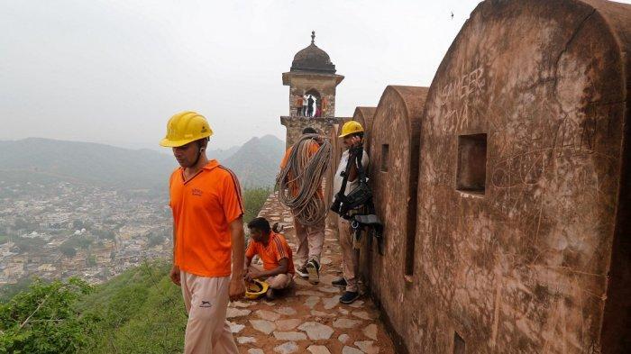 Anggota Pasukan Tanggap Bencana Negara melakukan operasi pencarian di dekat menara pengawas Benteng Amer di pinggiran Jaipur pada 12 Juli 2021, setelah 11 orang tewas dalam sambaran petir di benteng.