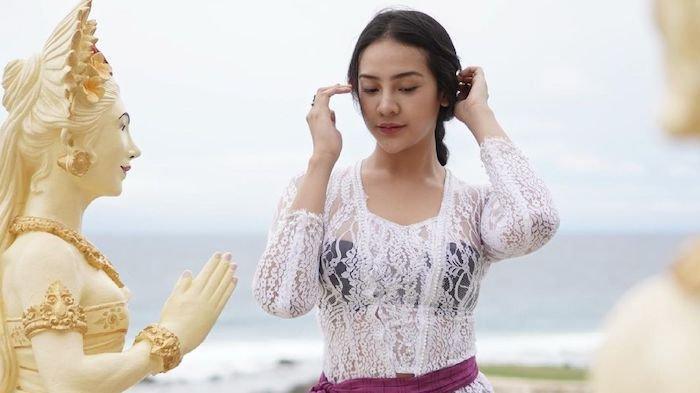 Anya Geraldine Pamer Pose Berkebaya Putih Ungu saat Liburan di Bali