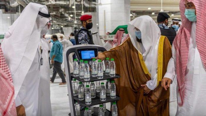 Canggihnya Robot Arab Saudi, Bagikan Air Zamzam untuk Jemaah Masjid Tanpa Bikin Kerumunan