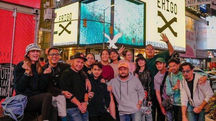 Porter deretan artis dan influencer Indonesia di depan billboard New York City.