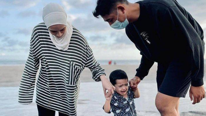 Gaya Liburan Istri Arya Saloka, Disebut Bagai ABG saat Bermain Jetski di Bali
